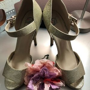 Gold Glitter Shoes 👠